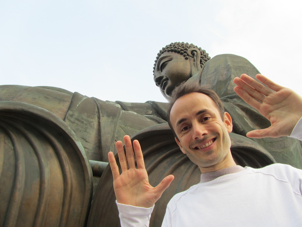 Foto ante el Buda Tian Tan, en la Isla de Lantau, en Hong Kong